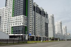 Foto dei frammenti di nuove costruzioni sulla via Tatishchev fotografia stock
