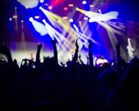 Foto dei giovani divertendosi al concerto rock, stile di vita attivo, Immagine Stock Libera da Diritti