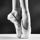 Foto dei pointes della ballerina su fondo nero fotografia stock