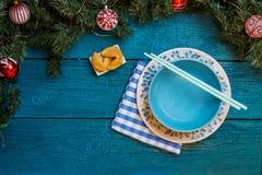 Foto dei rami di abete, biscotti con la previsione, piatti, bastoni del nuovo anno per i sushi Fotografia Stock