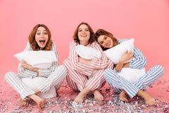 Foto dei vestiti d'uso sonnolenti di svago delle donne 20s che si siedono sulla f Fotografie Stock Libere da Diritti