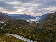 Foto del abejón del camino que lleva al fiordo en GammellÃ¥ven con un cielo dramático en fondo imagenes de archivo
