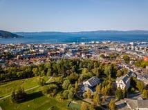 Foto del abejón de la ciudad Strondheim en Noruega en Sunny Summer Day con las montañas, el fiordo y el puerto en el fondo fotografía de archivo