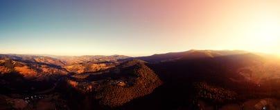Foto del abejón de la salida del sol del verano de la montaña cárpata del panorama Foto de archivo libre de regalías