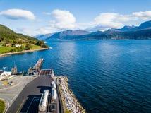 Foto del abejón del puerto de transbordador en Langfjorden en Noruega en Sunny Summer Day con las montañas y los cielos azules en fotos de archivo