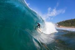 Foto del agua de la onda del hueco de la persona que practica surf Imagen de archivo libre de regalías