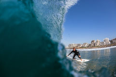 Foto del agua de la persona que practica surf de la acción que practica surf Fotografía de archivo