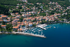 Foto del aire de la bahía de Volosko en Croacia Fotos de archivo