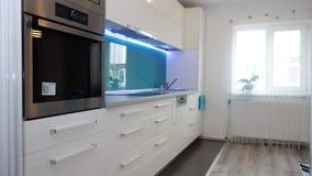 Foto del apartamento de tamaño mediano de la cocina en colores de la turquesa, del seater moderno y minimalista de cuero, mesa de Imagen de archivo