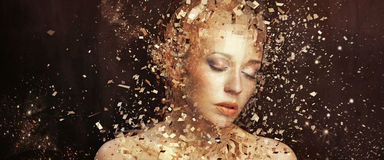 Foto del arte de la mujer de oro que astilla a los millares elementos Imagen de archivo libre de regalías