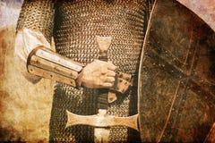 Foto del caballero y de la espada. Fotografía de archivo libre de regalías