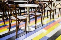 Foto del café con las sillas, tablas en piso multicolor fotos de archivo libres de regalías