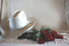 Foto del cappello e delle rose occidentali Immagini Stock