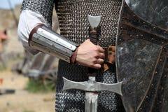 Foto del cavaliere con la spada fotografia stock libera da diritti