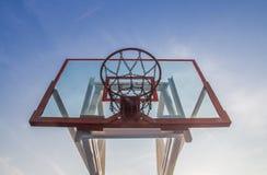 Foto del cerchio di pallacanestro e del fondo di vetro del cielo blu, basketbal Immagini Stock Libere da Diritti