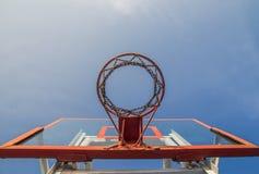 Foto del cerchio di pallacanestro e del fondo di vetro del cielo blu, basketbal Immagini Stock