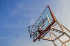 Foto del cerchio di pallacanestro e del fondo di vetro del cielo blu, basketbal Fotografie Stock
