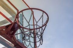 Foto del cerchio di pallacanestro e del fondo di vetro del cielo blu, basketbal Immagine Stock Libera da Diritti