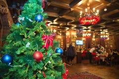 Foto del concepto de la Navidad - detalle hermoso del árbol de navidad en un fondo de lámparas multicoloras Fotos de archivo libres de regalías