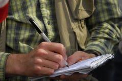 Foto del detalle del periodista del hombre que toma notas Fotos de archivo libres de regalías