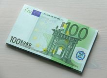 Foto del dinero Euro de papel de los billetes de banco, euro 100 Un paquete del papel b Fotos de archivo libres de regalías