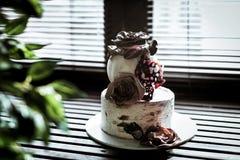 Foto del dolce a due piani con le rose con il isomalto marrone fotografia stock