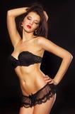 Foto del estudio de la mujer atractiva en ropa interior negra Imágenes de archivo libres de regalías