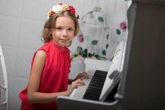 Foto del estudio de una muchacha en un fondo ligero Fotografía de archivo libre de regalías