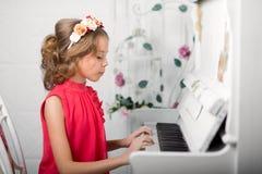 Foto del estudio de una muchacha en un fondo ligero Foto de archivo libre de regalías