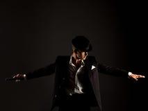Foto del estudio del bailarín vestida como gángster Foto de archivo libre de regalías