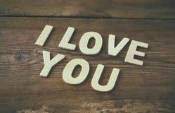 Foto del foco selectivo de las palabras te quiero hechas con las letras de madera del bloque en fondo de madera Imagen de archivo libre de regalías