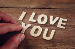 Foto del foco selectivo de las palabras te quiero hechas con las letras de madera del bloque en fondo de madera Fotografía de archivo libre de regalías