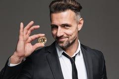 Foto del hombre de negocios rico con el pelo marrón en smilin del traje y del lazo fotos de archivo