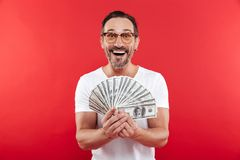 Foto del hombre emocionado y rico en la sonrisa blanca casual de la camiseta imágenes de archivo libres de regalías