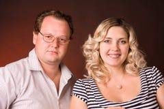Foto del hombre y de su esposa embarazada en un estudio Foto de archivo libre de regalías
