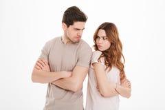 Foto del individuo adulto y de la muchacha que llevan las camisetas beige que actúan como a fotos de archivo
