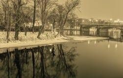 Foto del invierno de HDR de árboles en el banco de un río, de un puente y del castillo de Praga en el fondo fotos de archivo libres de regalías