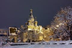 Foto del invierno de la noche de la iglesia rusa en el centro de la ciudad de Sofía Fotografía de archivo libre de regalías