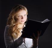 Foto del libro di lettura della ragazza fotografia stock