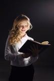 Foto del libro di lettura della ragazza fotografie stock