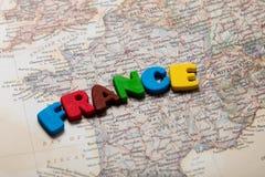 Foto del mapa de Francia y de letras coloridas en el CCB maravilloso Fotografía de archivo libre de regalías