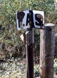 Foto del marcador de la frontera Marcador plástico de la frontera que separa diagramas de tierra imagen de archivo