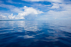 Foto del mare blu e delle nuvole tropicali del cielo Vista sul mare Sun sopra acqua, tramonto orizzontale Nessuno rappresenta Pri Fotografia Stock