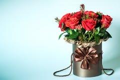 Foto del mazzo dei fiori nel vaso marrone isolato immagine stock libera da diritti