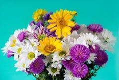 Foto del mazzo dei fiori sui precedenti verdi fotografia stock libera da diritti