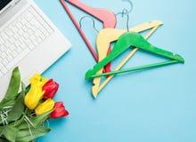 Foto del mazzo di tulipani, di ganci variopinti e di computer portatile sul vinto Fotografia Stock Libera da Diritti