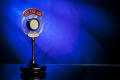 Foto del micrófono de radio en fondo azul Imagen de archivo