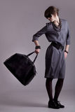 Foto del modelo de manera con un bolso Fotos de archivo