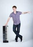 Foto del muchacho con el piano imagen de archivo libre de regalías
