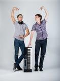 Foto del muchacho con el piano foto de archivo libre de regalías